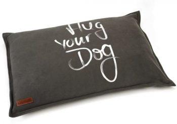 Beeztees Hondenkussen Hug Your Dog Bruin 70 cm